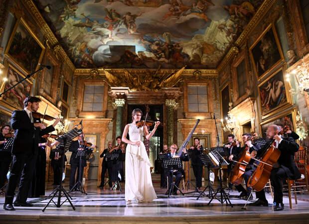 Сногсшибательная Тина Кунаки, изящная леди Китти Спенсер и другие гости показа Bvlgari в Риме