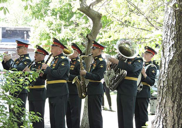 Военнослужащие ЮВО во Владикавказе поздравили ветерана Великой Отечественной войны Павла Кабулова с Днем Победы