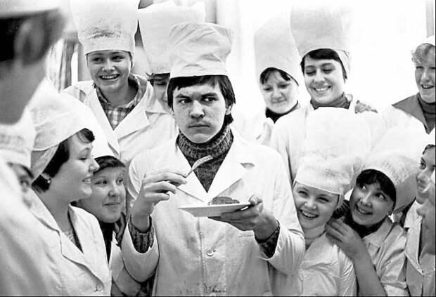 Учащиеся кулинарного техникума пробуют приготовленные блюда.