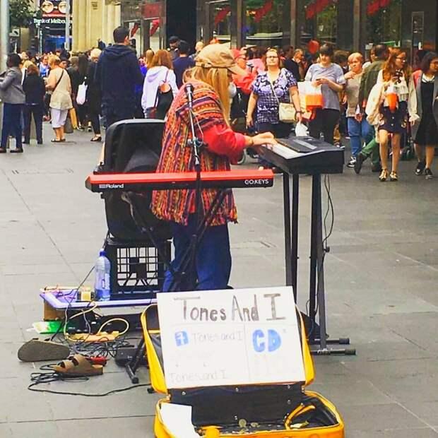 Как уличная исполнительница песен стала всемирно известной певицей (ее супер-хит вы все слышали)