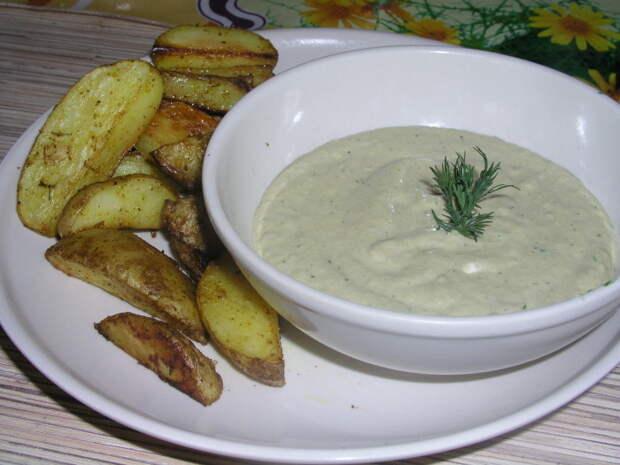 Сметанно-сырный соус с чесноком. \ Фото: koolinar.ru.