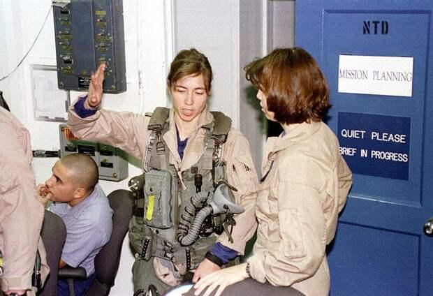 Две женщины-пилота F / A-18C Hornet на борту USS Enterprise обсуждают результаты их ночной бомбардировки Багдада 17 декабря 1998 года во время операции «Лис пустыни» история, люди, фото
