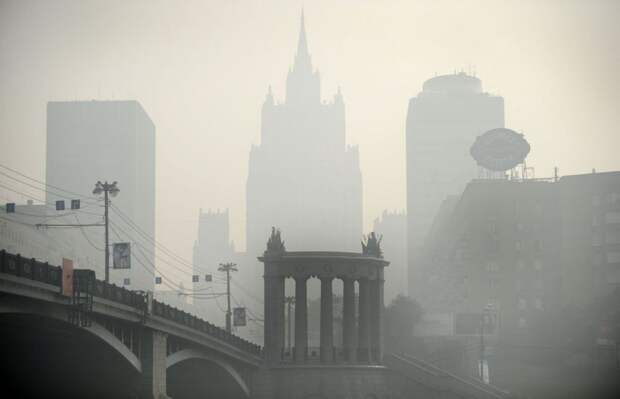 10 призрачных фото смога в Москве в 2010