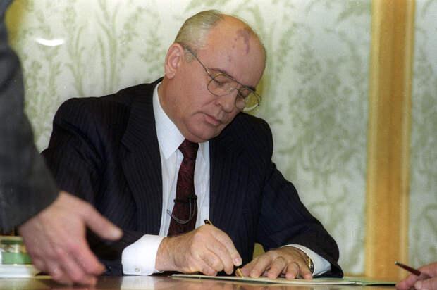 фото 2 Президент Горбачев подписывает документ о своеи отставке.jpg