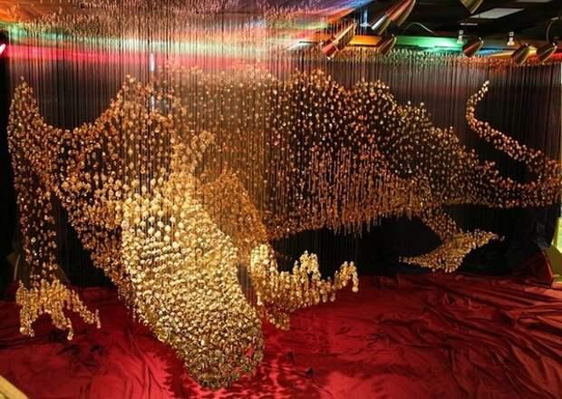 Золотой дракон из пуговиц