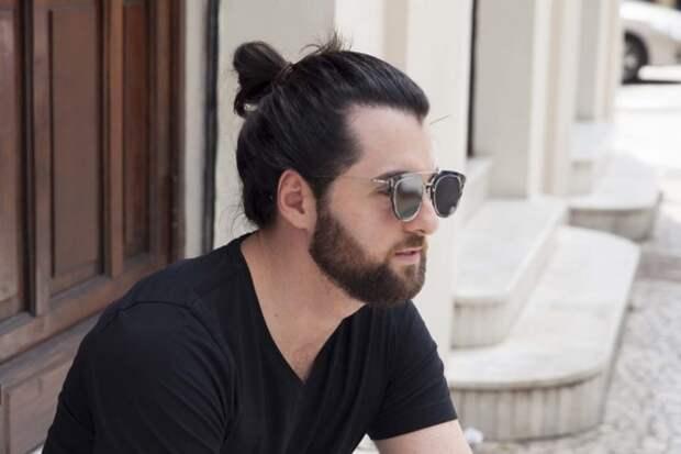парень в очках с пучком на голове