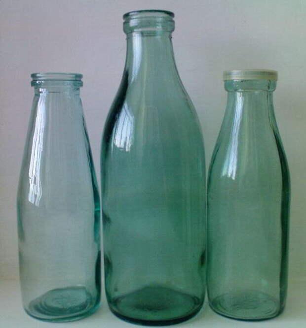 Разновидности молочных бутылок в СССР. Бутылки по 0,5 л - справа 1986 г., слева 1989 г., по центру бутылка 1 л.