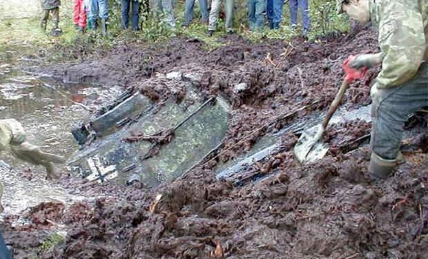 Странные следы у озера привели мальчика к танку-призраку