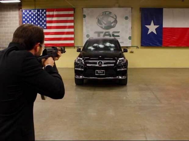 Броню Mercedes-Benz GL проверяют, расстреливая из автомата (ВИДЕО)