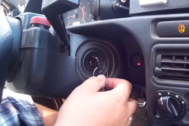 Автомеханик рассказал, нужно ли ждать, пока накачает бензонасос, или лучше сразу запускать двигатель