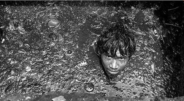 Спускаясь в живой ад: индийский фотограф заснял ужасы работы ассенизаторов Мумбаи.