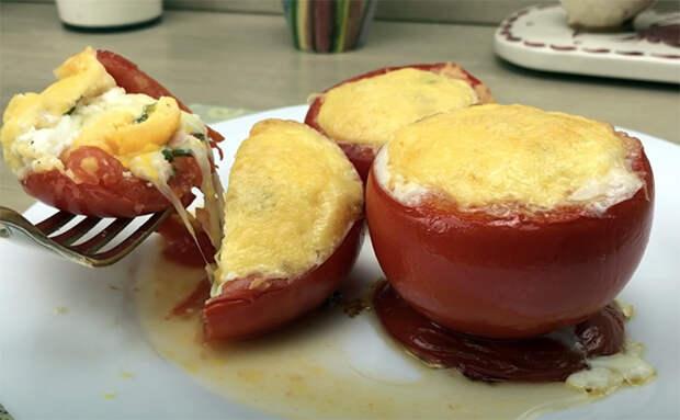 Готовим яичницу прямо внутри помидоров. Берем на один помидор одно яйцо