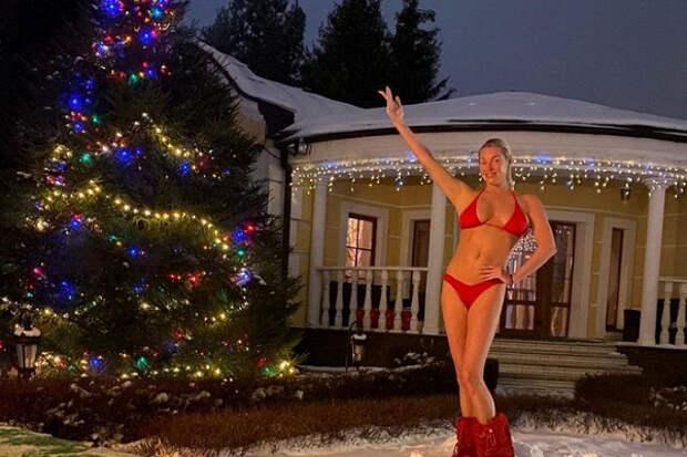 Волочкова поздравила россиян, растянувшись надиване вфирменном шпагате