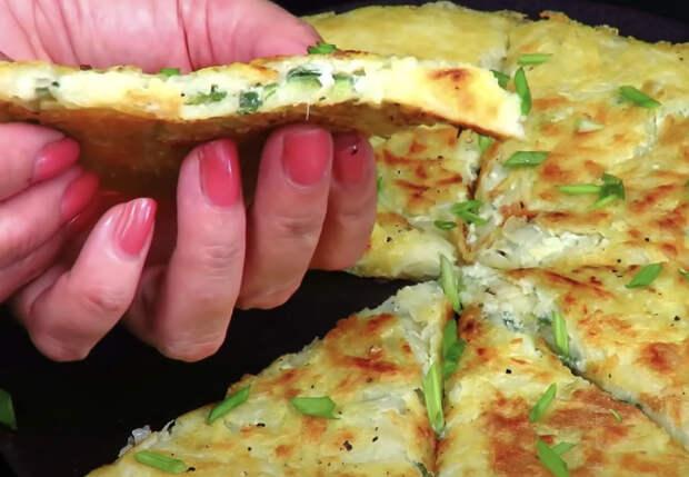 Запекли картофель как лепешку: добавили лук и яйца