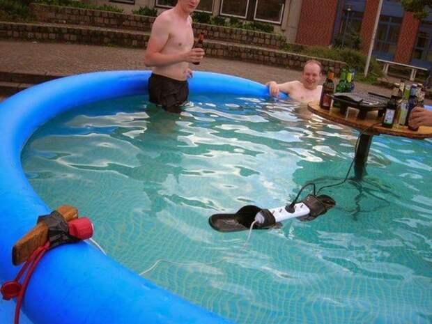 Разветвитель в бассейне и сигаретка рядом с бензином: 7 криповых фото апреля