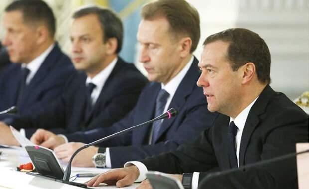 На фото: премьер-министр РФ Дмитрий Медведев, первый вице-премьер РФ Игорь Шувалов и вице-премьер РФ Аркадий Дворкович (справа налево)