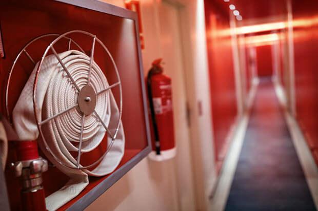 Обугленный провод в пожарном шкафу смутил жителей дома на Селигерской