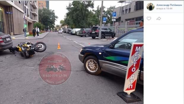 На 1-й Квесисской автомобиль сбил мотоциклиста