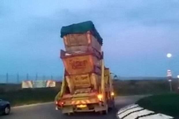 Рискованные маневры мусоровоза попали на камеру (ВИДЕО)