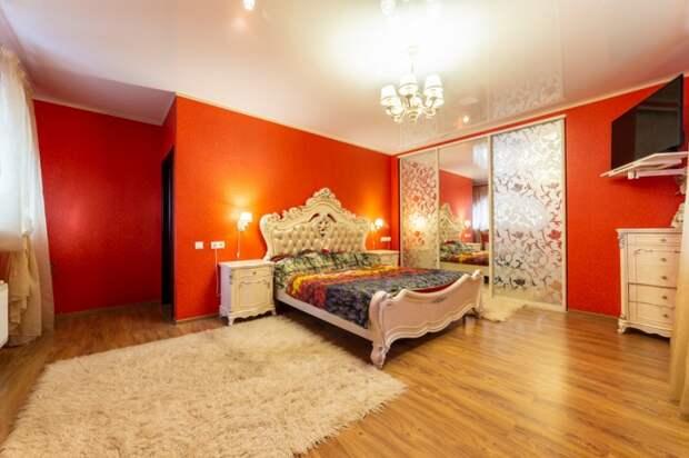 Одна из спален тоже красная