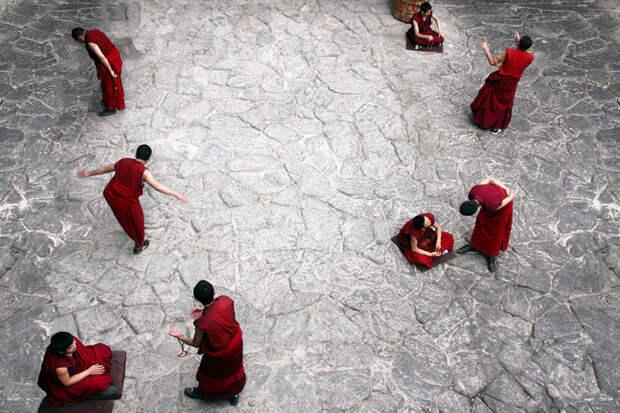 Монахи за ежедневным обсуждением религиозных вопросов в храме Джоканг. Лхаса, Тибет красота, путешествия, фото