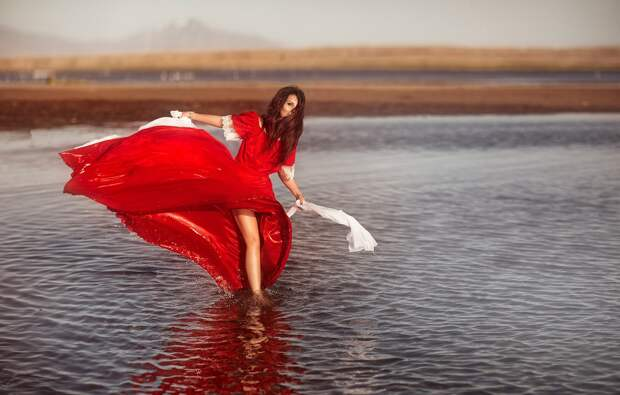 Обои вода, девушка, настроение, красное платье, Алена Яковлева ...