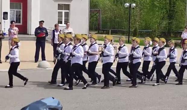 """Детей в Электростали заставили маршировать с оружием, крича """"мы русские, с нами бог"""""""