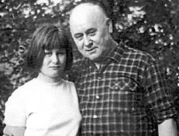 Дарья с отцом, писателем Аркадием Васильевым | Фото: kino-teatr.ru