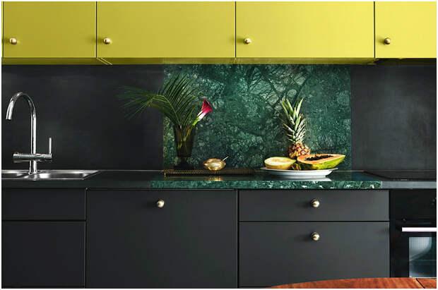 Элегантный кухонный гарнитур с чёрными и жёлтыми шкафами