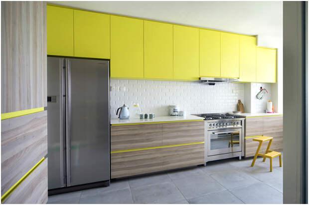 Гармоничное сочетание жёлтого цвета с серым оттенком натурального дерева