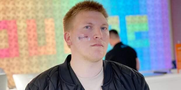 В Киеве мужчина сделал тату на лице в обмен на iPhone 12