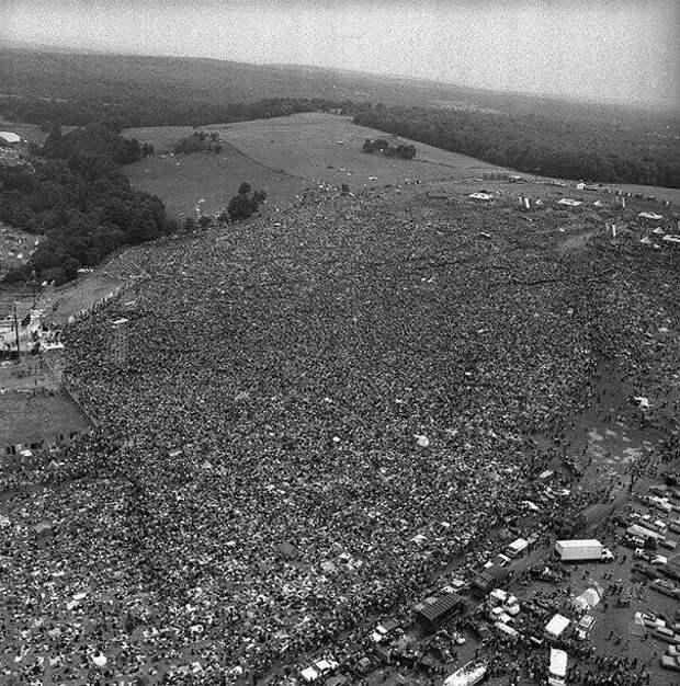"""23. Огромная толпа на музыкальном фестивале """"Вудсток"""" (1969 г.)"""