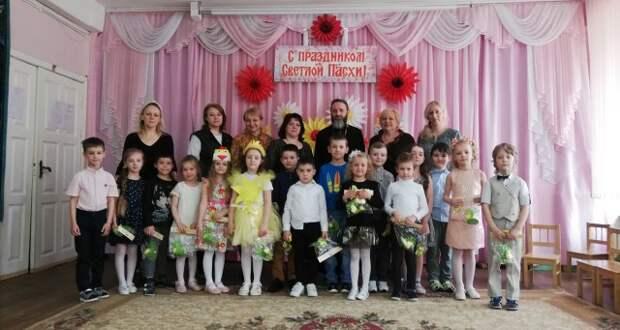 Священник поздравил воспитателей и детей с праздником Пасхи.