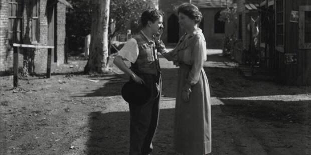 17. Случайная встреча Хелен Келлер и Чарли Чаплина в 1919 году. Хелен Келлер - писательница, которая в детстве лишилась слуха и зрения