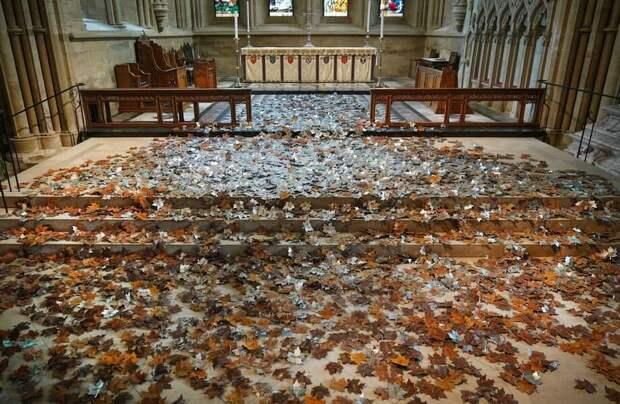 Фото дня: инсталляция из стальных листьев в британском соборе