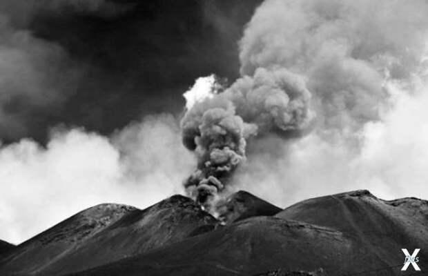 Действующий вулкан Этна на побережье ...