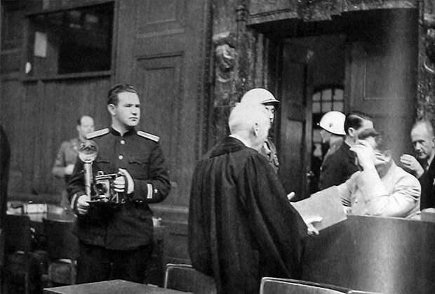 83-Евгений Халдей на Нюрнбергском процессе рядом с Германом Герингом. 46.jpg