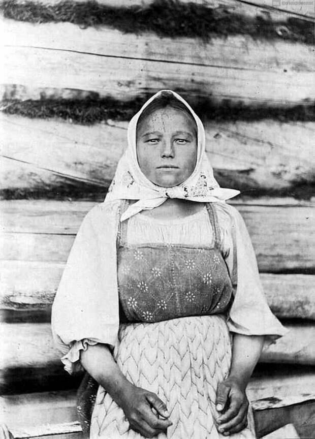 """Посмотрите на юное лицо девушки-крестьянки и её же абсолютно """"старушечьи"""" руки"""