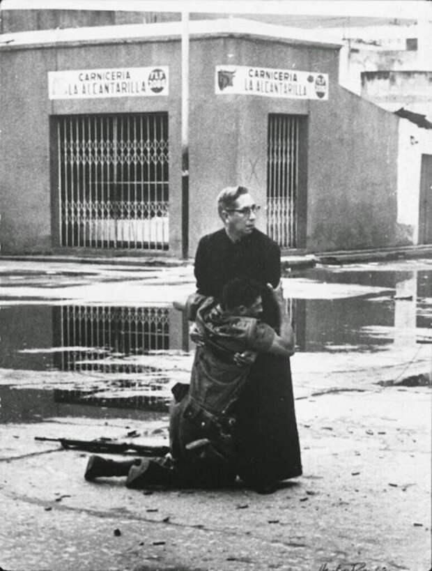 21. Священник держит умирающего солдата, Венесуэла, 1962 год