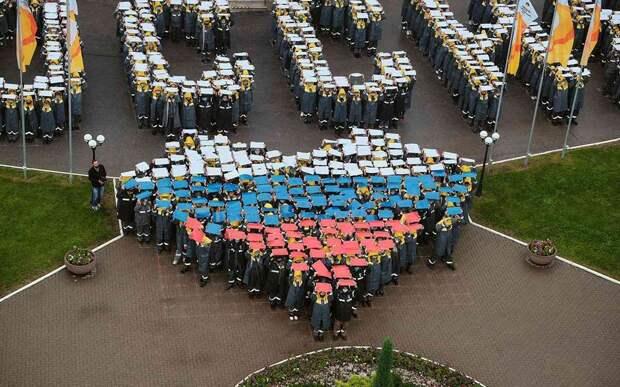 Тысяча сотрудников рязанского нефтезавода выстроилась в слово «Россия» и триколор