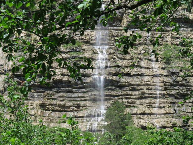 Все эти водопады являются притоками реки Курджипс.