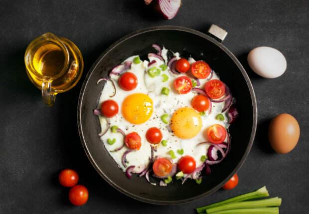 Три помидора и два яйца: зажарили завтрак за пару минут