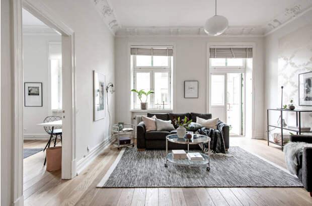 Белая гостиная с высоким потолком