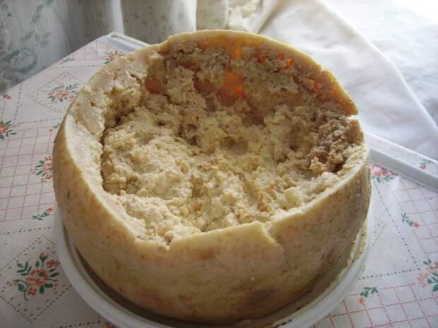 3 место. Касу марцу — «гнилой сыр» или «червивый сыр». Родиной продукта является Италия, а точнее Сардиния. В процессе приготовления в каждую головку сыра добавляются живые личинки сырной мухи. Они доводят его буквально до гниения. В результате сыр становится мягким и слегка влажным; имеет острый вкус. Подают как с личинками, так и без, в зависимости от личностных предпочтений. (Shardan)