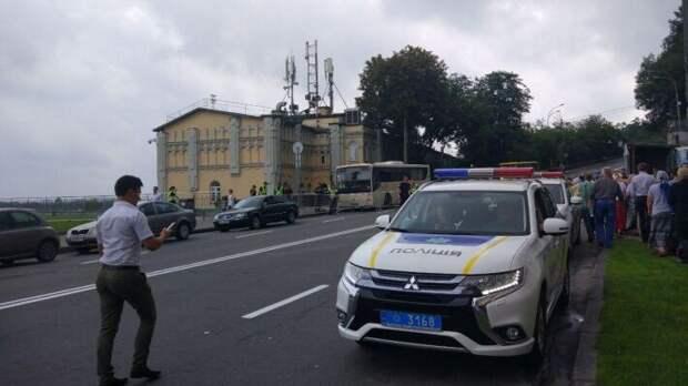 Националисты привезли виселицу к дому главы Конституционного суда