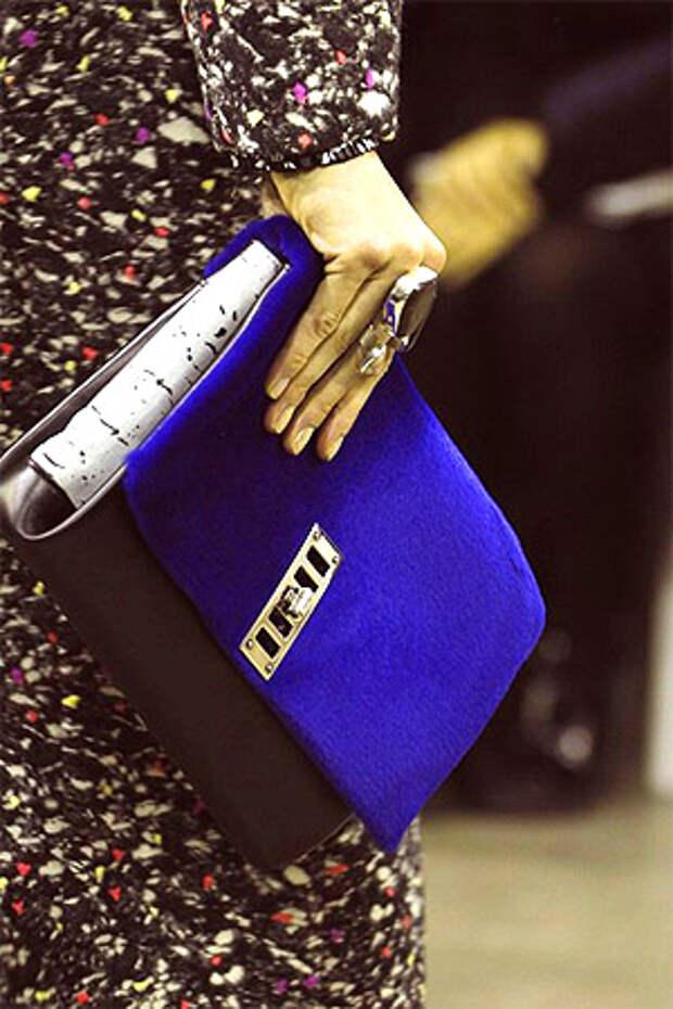 Красивая сумка с бархотной отделкой глубокого фиолетового цвета