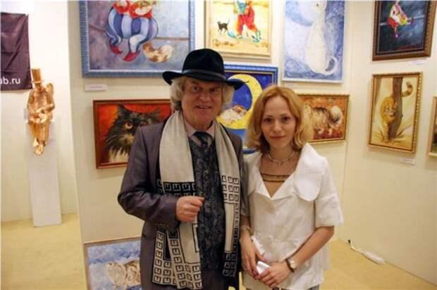 Юрий Куклачев с дочерью и ее картинами. / Фото: www.diary.ru