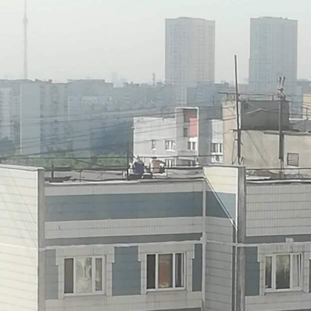 Фото дня: солнечные ванны на крыше дома в Лианозове