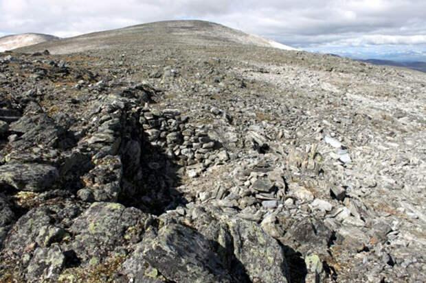 Руины каменного укрытия на перевале.