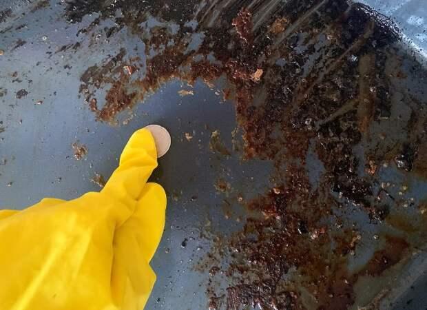 Показываю, как легко очистить жирный противень без воды и моющих средств. Лайфхак моей бабушки